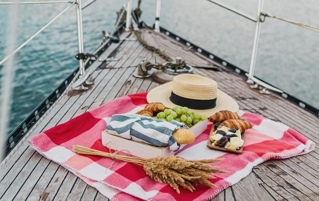 Picknick op het jacht op zomertijd