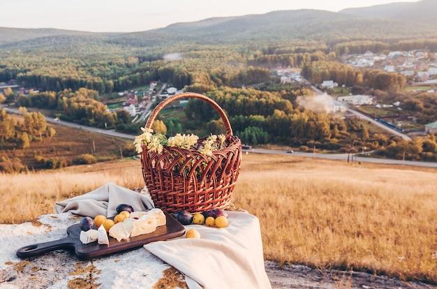 Picknick op het platteland met een mand met bloemen