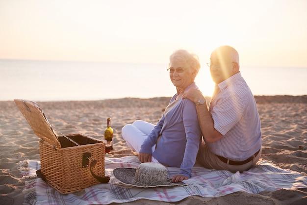 Picknick op het strand bij zonsondergang