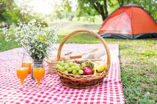 Picknick rieten mand met vers fruit