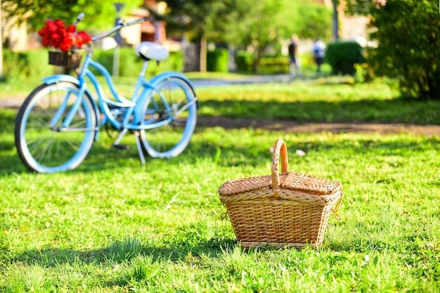 Picknick tijd. vintage fiets tuin achtergrond. huur een fiets om de stad te verkennen. natuur fietstocht. retro fiets met picknickmand. fietsverhuurwinkels bedienen voornamelijk reizigers en toeristen.