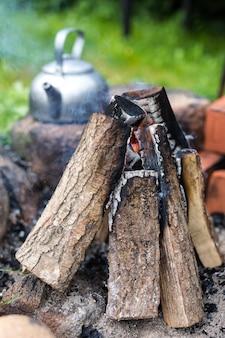 Picknickketel voor buiten met een vintage tintje bij een kampvuur.