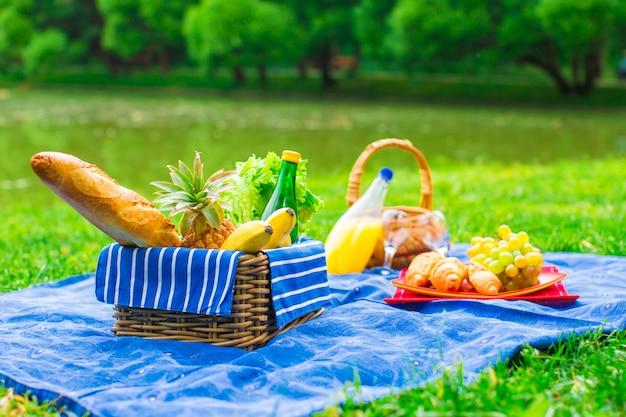 Picknickmand met fruit, brood en fles witte wijn
