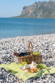 Picknickmand met wijn, kaas en druiven