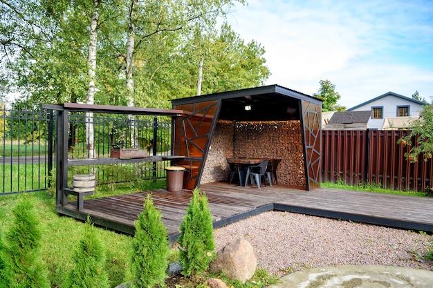 Picknickplaats met barbecue en tafel en stoelen.