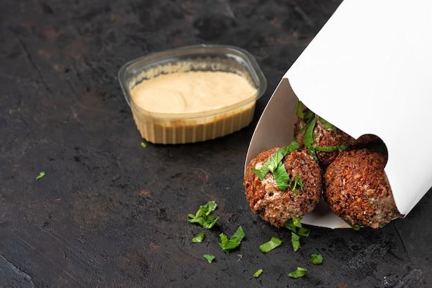 Picknickvoer in milieuvriendelijke kartonnen wegwerpschaaltjes. donkere stenen ondergrond. bovenaanzicht. ideaal voor reclame. close-up voor menu