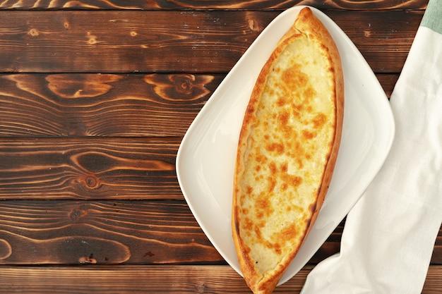 Pide turks gebakken brood op houten tafel