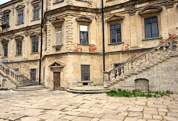 Pidhirtsi castle is een residentieel kasteel-fort gelegen in het westen van oekraïne, tachtig kilometer ten oosten van lviv.