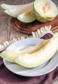 Piel de sapo meloen op de houten achtergrond