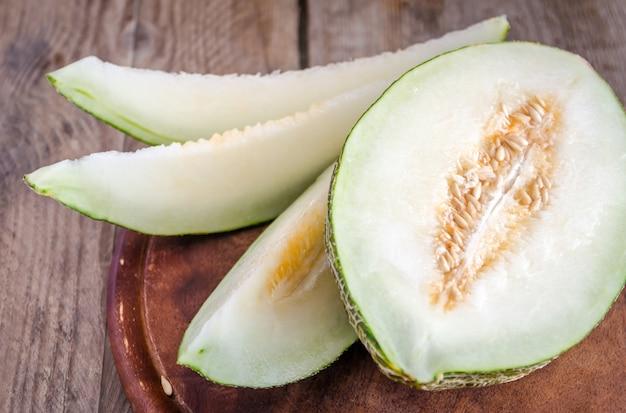 Piel de sapo meloen op de houten tafel