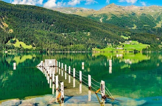 Pier bij de reschensee, een kunstmatig meer in zuid-tirol, de italiaanse alpen