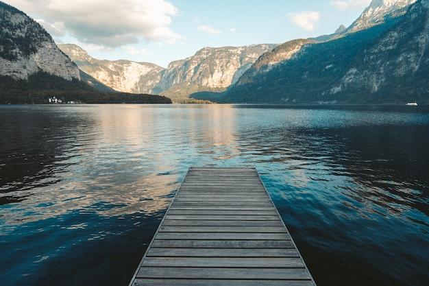 Pier bij een meer in hallstatt, oostenrijk