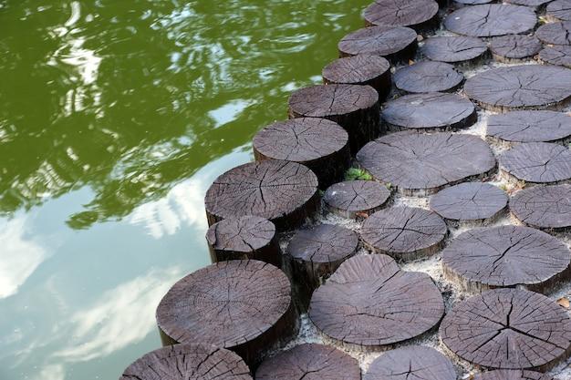 Pier bij het water van hout gekapte bomen