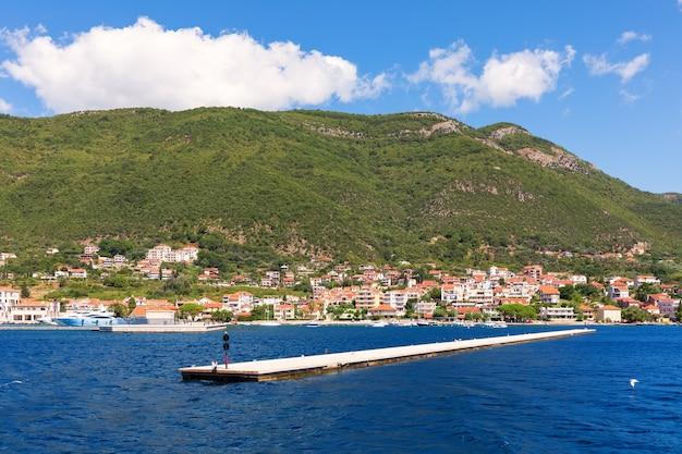 Pier en de kust van de adriatische zee in de baai van kotor, montenegro.