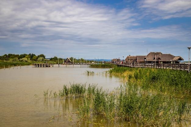 Pier en huizen aan de neusiedler see