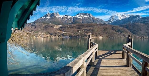 Pier in annecy met bergen op de achtergrond in de franse alpen
