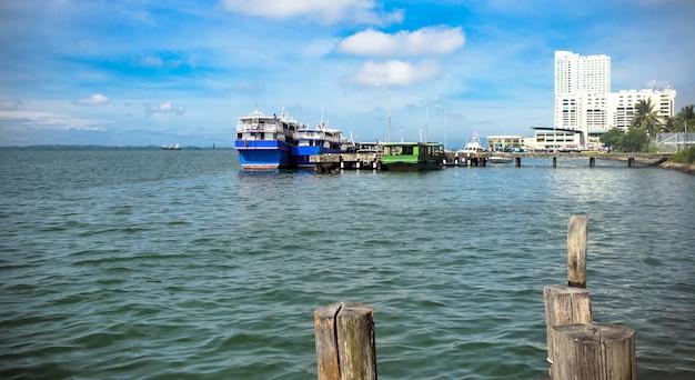 Pier in sandakan-stad op het eiland borneo