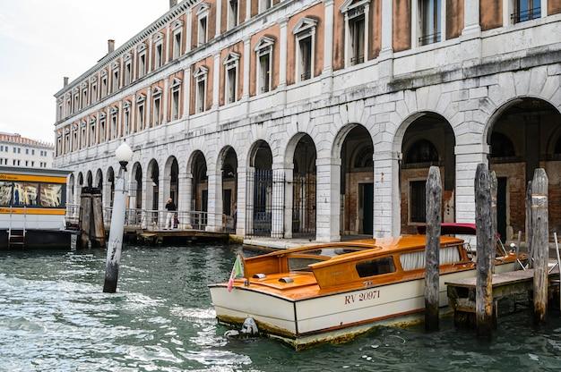 Pier met afgemeerde boten op het canal grande.