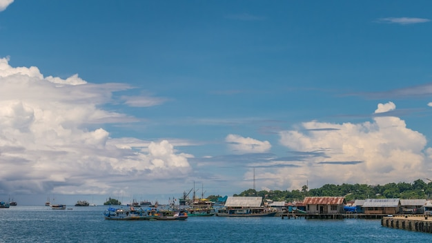 Pier naar farry in waisai, waigeo, raja ampat, west papua, indonesië
