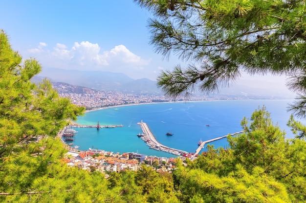 Pier van alanya, uitzicht vanaf de groene heuvel nabij het kasteel van alanya, turkije.