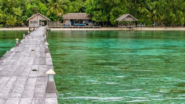 Pier van duikstation op kri island. clound boven gam island. raja ampat, indonesië, west-papoea.