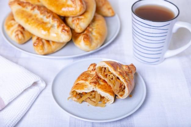 Pies pirozhki met kool zelfgemaakt bakken traditionele russische en oekraïense keuken