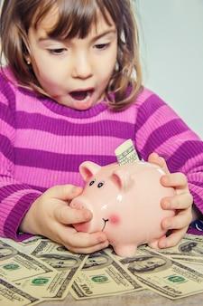 Piggy bank en dollars. selectieve aandacht.