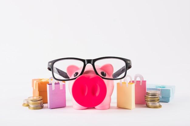 Piggy bank in glazen met papieren zakken