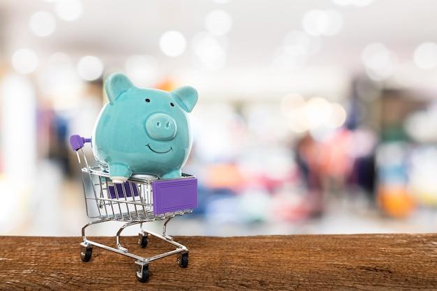 Piggy bank in trolley winkelwagentje met kopie space.concept van besparing op winkelen