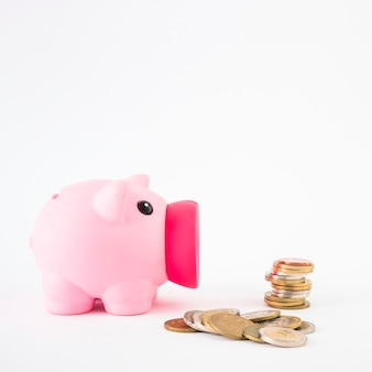 Piggy bank met munten stapel