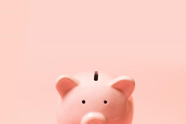 Piggy bank op levende koraal achtergrond. commercieel concept.