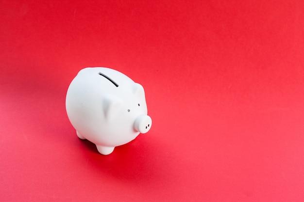 Piggy bank op rode achtergrond