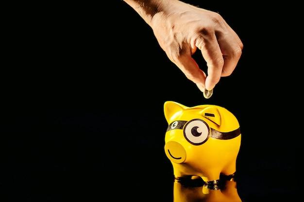 Piggybank geel varken op zwarte achtergrond