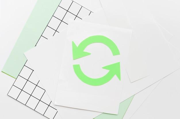 Pijl die een cirkel op papier maakt