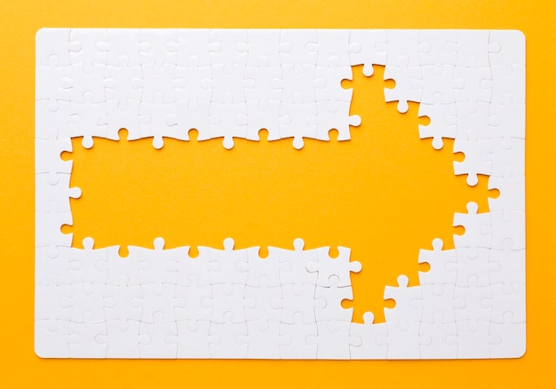 Pijl gemaakt van puzzelstukjes naar rechts