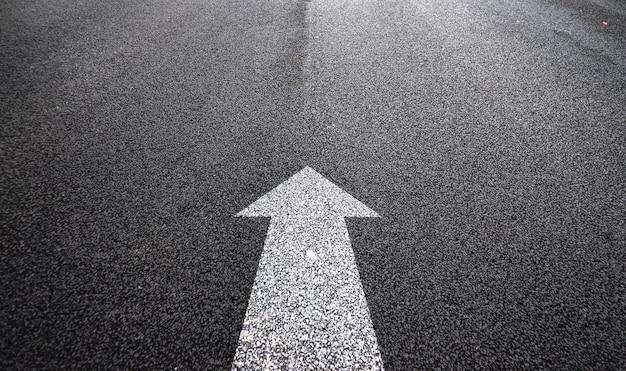Pijl in het asfalt