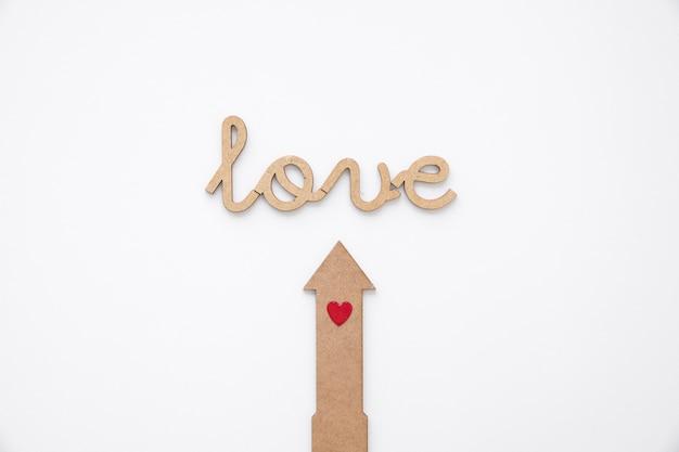Pijl met hart wijzend op liefde schrijven
