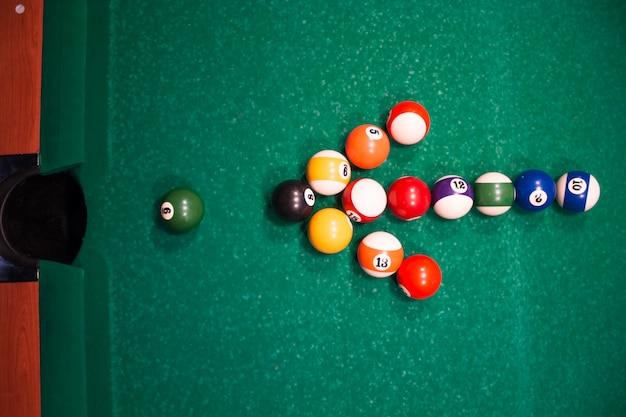 Pijl van de biljartballen op één bal. motiverend concept