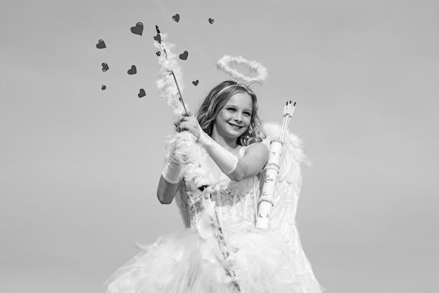 Pijl van liefde. portret van een cupido-meisje. leuke tienercupido op de wolk