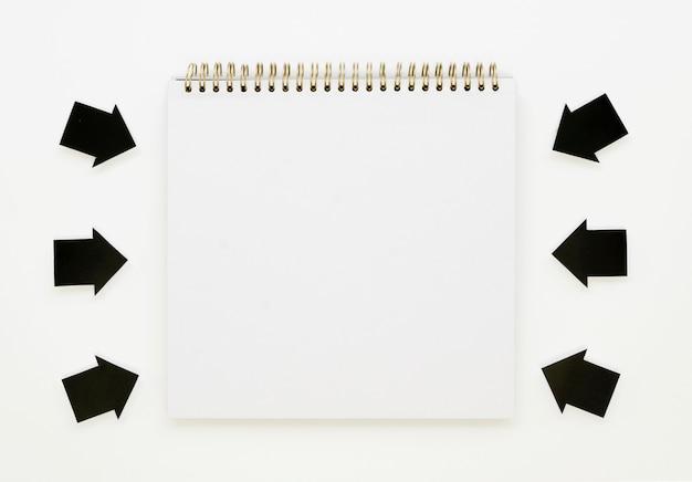 Pijlen die naar notitieboekje wijzen