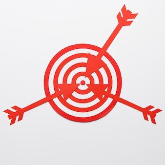 Pijlen in het midden van het dartbord gegooid