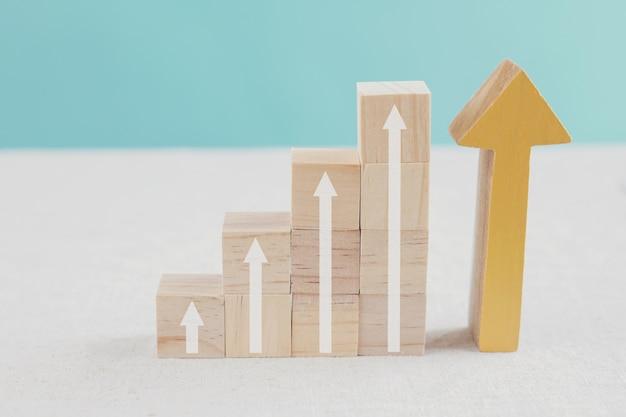 Pijlen omhoog op houten blokkenladder