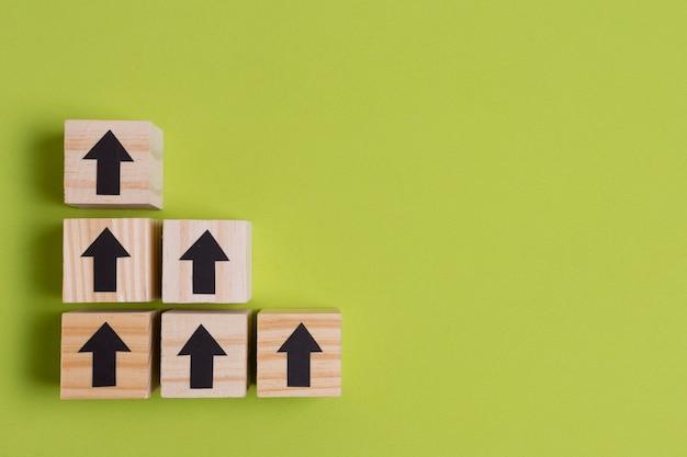 Pijlen op houten kubussen maken van trappen