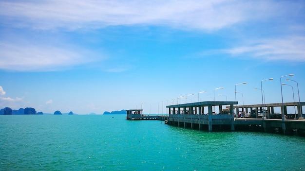 Pijler in het overzees bij koh yao noi, phang-nga, thailand
