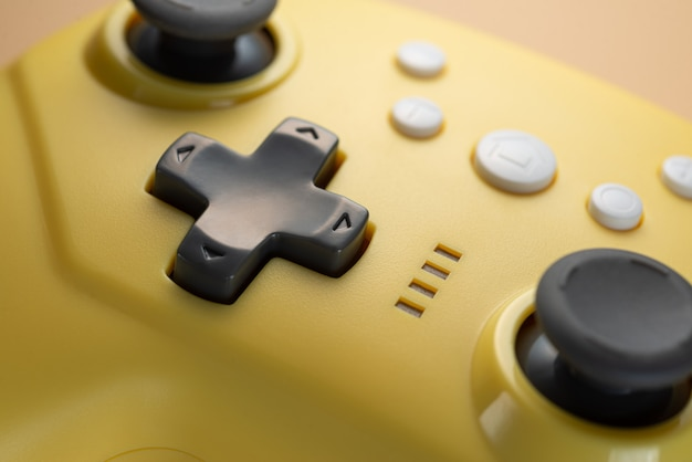 Pijlknoppen van een geel spelbesturingsclose-up. spel ontwikkeling. retro videospelletjes.