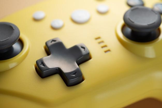 Pijlknoppen van een geel spelbesturingsclose-up.