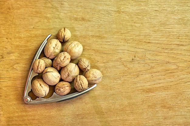 Pijlpunt van walnoten en notenkraker op een houten ondergrond