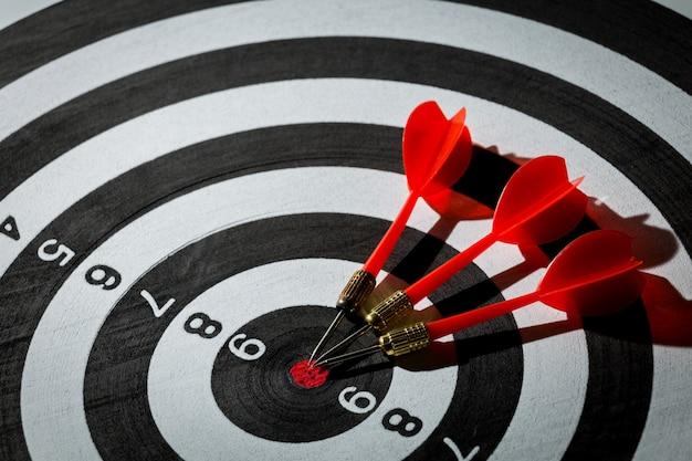 Pijltjepijl die in het doelcentrum van dartboard raakt. concept van het succes