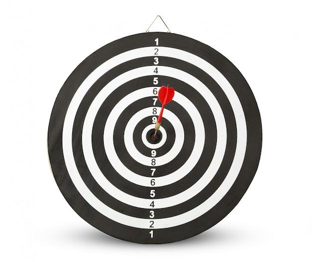 Pijltjepijl die in het doelcentrum van dartboard raakt