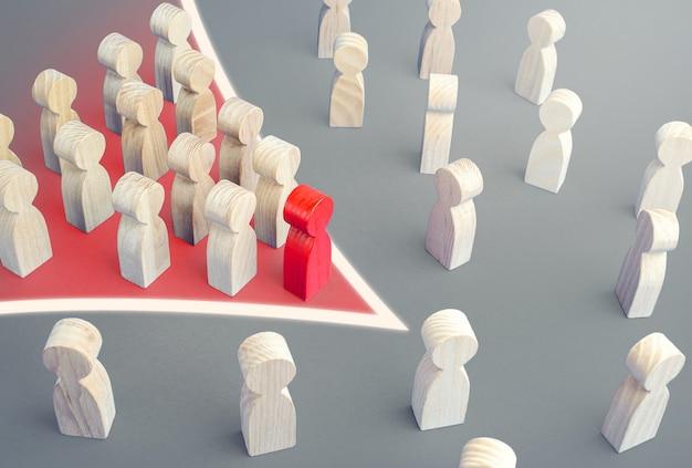 Pijlvorming van leider met volgers breekt door de menigte. baanbrekend